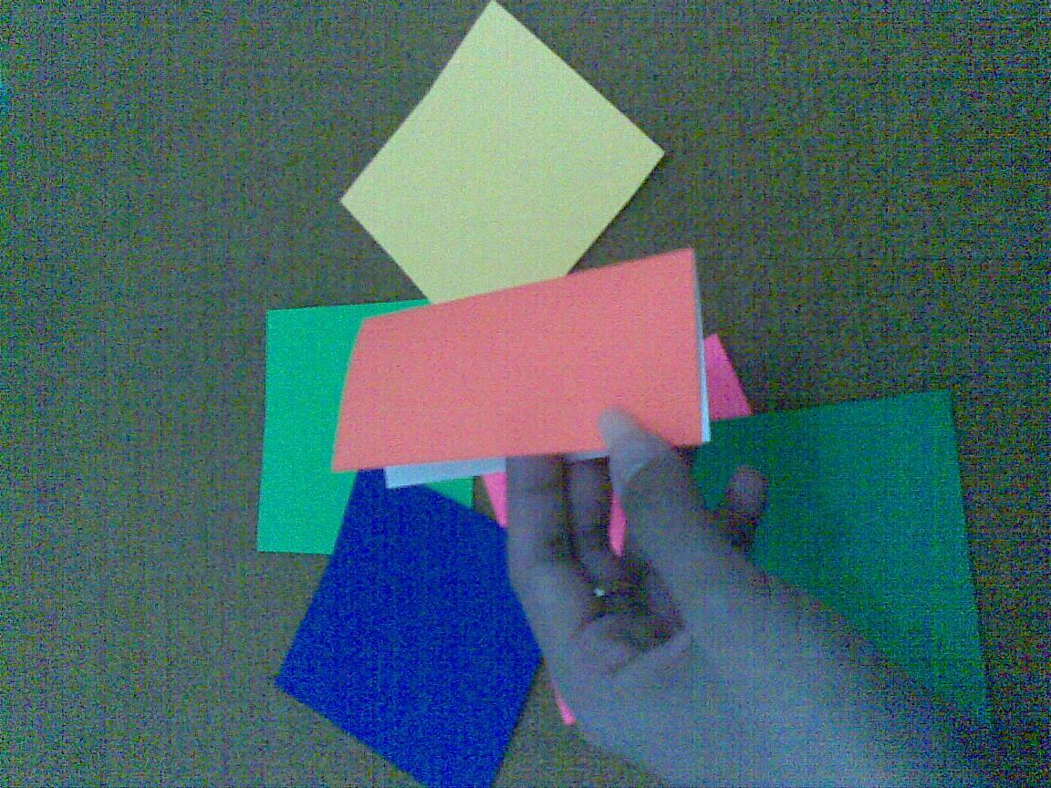 Kita akan membuat persegi dengan melipat sisi-sisinya ke tengah ...