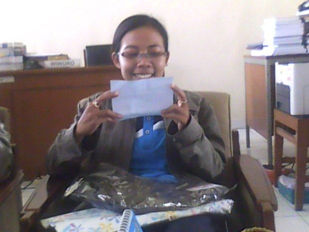 cengar cengir baca surat dari mereka :D *candid by handphone Omietha*