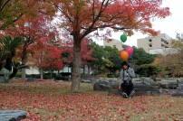 Untuk mengabadikan hasil perjuangannya, ia pun berfoto dengan kelima balon yang baru didapatkannya. Selamat. ^_^