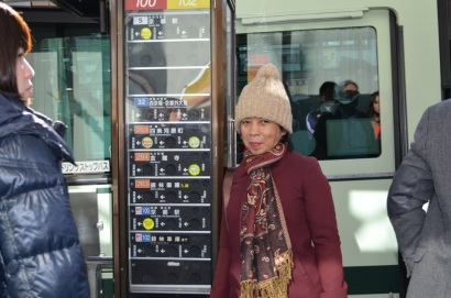 menunggu bus