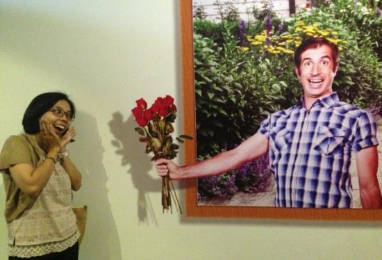 Aw..aw...tadi dikasih bunga Baginda Raja, ee sekarang ada pria (gak begitu ganteng sebenernya) yg ngasih bunga juga... Tetap aja berbunga-bunga...