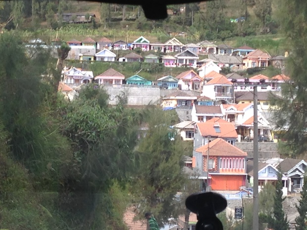 Desa Tosari, pemukiman orang Tengger.. Keren ya, berwarna-warni.. Ini ngambilnya dari dalam mobil jadi itu ada tongolan tempat GPS :D